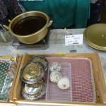 弘前の煮たまご屋 - 煮たまごの他にもおにぎりや稲荷、期間限定のもつ煮まであります