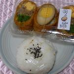 弘前の煮たまご屋 - 一緒に購入した鱒のおにぎりと稲荷寿司