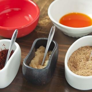 特製秘伝のタレとお好みで酢・ラー油・魚粉・華とうがらしを。