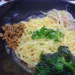 赤坂 四川飯店 - ◆汁なし担々麺(820円)・・麺が平麺ですね。汁ありの方は普通の麺でした。 ゴマダレは下に敷かれ、その上に麺が盛られています。