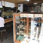 重乃井 - 入ってすぐのネタケース。 中のお寿司はセルフサービス