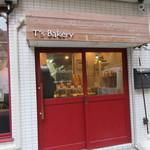 ティーズ ベーカリー - 赤い入口が目印のかわいい店