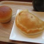 ティーズ ベーカリー - カルツォーネ、豆乳クリームパン