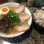 58605467 - だるま(とんこつ)チャーシュー+ぶたマンマ(塩だれ)【料理】
