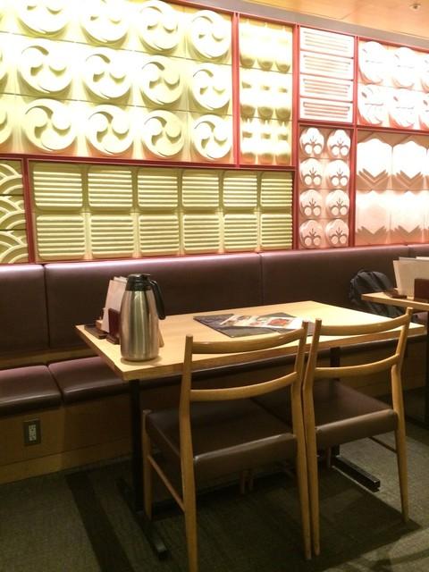 つるとんたん 羽田空港店 - 【2016年08月】店内テーブル席、趣有ります。