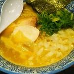 58607457 - 濃厚醤油鶏白湯ラーメン。苦手な生の玉ねぎある(;´ω`)