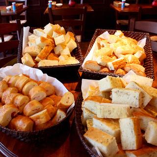 ランチは焼きたてパンの食べ放題