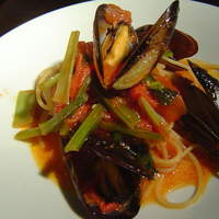 トラットリア ダ ナオシ - ムール貝とピリ辛トマトソースのパスタ