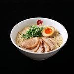 まこと屋 - 牛醤ラーメン。牛骨を長時間炊き出した自慢のスープです。