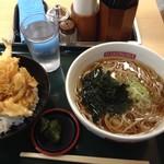 名代 箱根そば - 料理写真:ミニ海老・かき揚げ丼と温かいおそばのセット 550円