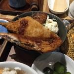 なゝ樹 - 日替わり定食(メバル味噌焼・サンマフライ+蕎麦+とろろ+ご飯+香の物)850円主菜、ポテサラ、キャベツ