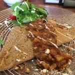 エクラドールカフェ - 料理写真:本日のおすすめ チーズ入りガレット きのことチキンのトマトソースがけ ドリンク付き ¥880