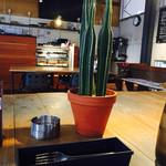 カフェ ブボ セカンドハウス - デートに良さそうな店内…。