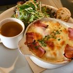カフェ ブボ セカンドハウス - 見えないけど、フレッシュサラダもりもり!ドリンクセットで1000円   コンソメスープも付いてます。