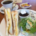 カルダン - 料理写真:ブレンドコーヒー390円とハムエッグトーストのモーニング