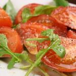 ダイニングバー ラピス - 国産ルッコラとトマトサラダ