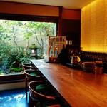58660491 - 『祇園NITI』さんのカウンター席!!坪庭が見える~♪(^o^)丿