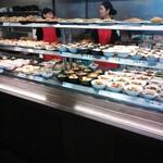 彩菜食堂 - 美味しそうな惣菜が並んでいます