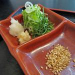 饂飩坊一休 - 薬味は胡麻、生姜、大根おろし 刻みネギに大葉も刻んであります。