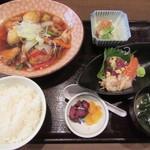 魚がし厨房 湊屋 - 日替わり定食(ブリとイカ団子の黒酢あんかけ) 1000円