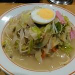名代ラーメン亭 - ちゃんぽん 野菜量も多く、具材と煮込まれたスープは旨味あり美味しい♪ 卓上の高菜は旨味感に欠けるので、ある意味ベストマッチ♪(個人的)