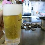 まる麺 - 生ビール(500円)をグビグビ