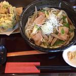 麦の香 - 肉うどん660円+季節のかき揚げセット150円