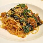 トラットリア レット - スパゲッティーニ 若鶏と小松菜、オリーブのトマトソース ペコリーノロマーノがけ