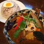 スープカレー ポニピリカ - 皮がパリッとしたチキンと野菜のカレー