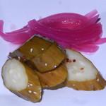 ダイニングキッチン54 - ピンクなのが玉ねぎのピクルス。さわやかな酸味でおいしい。