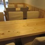 ギョウザ ヤミー - テーブル席