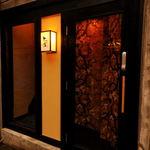 立ち食い焼肉 と文字 - 2階お忍び個室はこちらの階段から