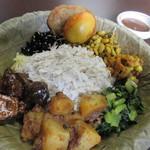 ナングロガル - ネワール民族のサマエバジセット1200円。  ネワール民族というのはカトマンズ盆地一帯に居住する民族で、サマエバジというのそのネワール民族のおもてなし料理になるそうです。