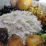 ナングロガル - 真ん中の白いのは干飯を中心に料理がワンプレートになってます、干飯はお米ですが平たい乾麺みたいな感じです。