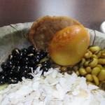 ナングロガル - 干飯の上にはカレー風味のゆでと豆のおやきみたいなバラ、煎り黒大豆、大豆等が乗ってます。