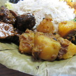 ナングロガル - プレートの下にはこれもピリ辛のジャガイモとやや甘みのある干し肉、その上にはスライス生姜が乗ってます。  カレーみたいに食べても混ぜご飯にしても良い感じでした。