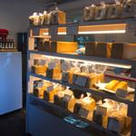 角食専門店 キューブ - 商品が棚に並びます