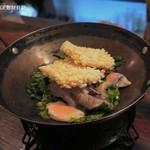 黒猫夜 - 秋鮭、唐辛子、山椒油がけ、特製煮込み1,800円+税、第一段階