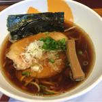 拳10ラーメン - 煮干し生醤油ラーメン(700円)。