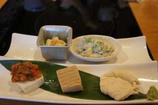 京豆冨不二乃 - とうふのカナッペ、胡麻とうふ、引き上げ湯葉のおさしみ、季節野菜の白和え、クリームチーズとアボガドの白和え