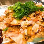 お好み焼き 越田 - 豚キムチ、ソースで食べるとまろやかに。