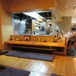 あら津(串焼き) - 私達は4人だったんで奥のお座敷に上がらせていただいてテーブルで食事です。
