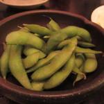 あら津(串焼き) - 先ずは枝豆をつまみに皆で乾杯