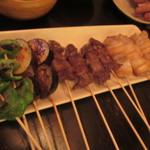 あら津(串焼き) - 串焼きはお任せで7種類を焼いて貰いました、先ずはバラ等の塩焼きの焼き上がり。
