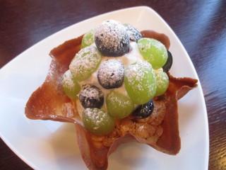 ナガハマコーヒー 外旭川店 - 皮ごと食べれるぶどうのパフェ