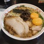 黒亭 - 「玉子入りラーメン (900円)」、とんこつスープと焦がしにんにくが最高!