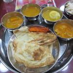 サクティ - [ランチ]左から野菜、チキンキーマ、玉子、大根とチキン