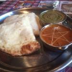 インド・ネパール料理 スナオール - 料理写真:Cランチ。チーズナンとカレー2種。上がほうれん草チキン、下が日替わり(ごぼう&じゃがいも)