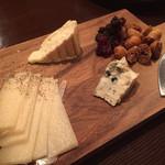 PLUS - チーズ盛り合わせ1100円