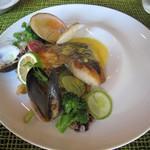 58724226 - メイン(魚):本日の鮮魚(鱸)のロースト サフランと貝類のバターソース